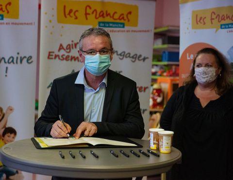 Dominique Hébert signe la charte A'ere